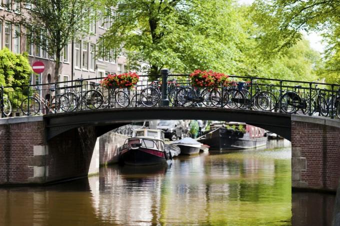 アムステルダムの運河と橋と自転車