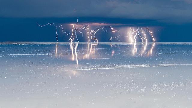 ウユニ塩湖の雷