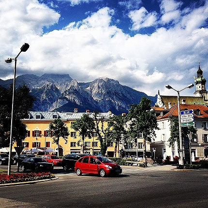 青い空とオーストリアの街並み