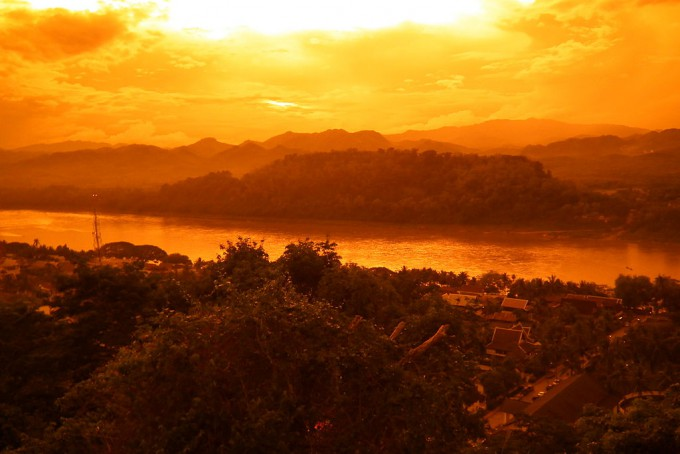 1024px-Phou_si_-_Mekong_River_-_Luang_Prabang_Laos_プーシーの丘、メコン川_ラオス・ルアンプラバーン_DSCF6816