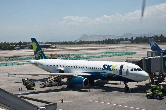 1024px-Sky_Airlines,_A320,_Santiago,_27th._Dec._2010_-_Flickr_-_PhillipC