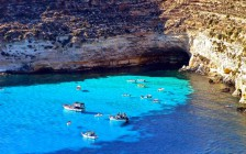 船が浮いて見える絶景「ランペドゥーザ島」はイタリアの楽園だった!
