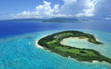 沖縄本島から15分!透明度抜群な離島「水納島」とは?