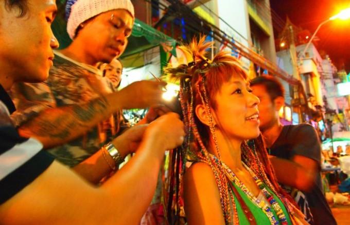 s_↑★03★旅先で髪を編んでもらうのが定番。(タイにて)