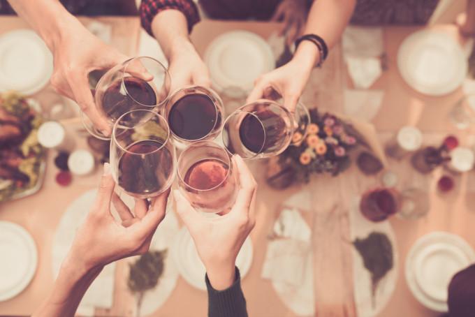 乾杯や飲み会のシーンで使える英語フレーズ25選