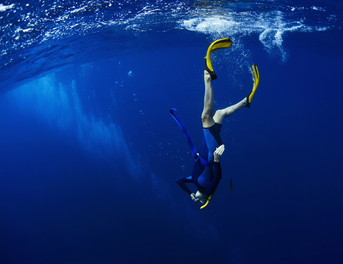 素潜りで128メートル⁉︎どれだけ深く潜れるかを競うフリーダイビングが凄かった