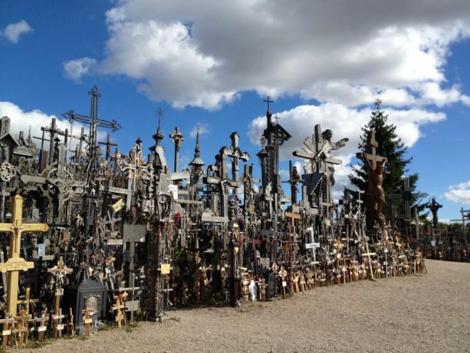 背筋が凍る…リトアニアの野原にある無数の十字架が凄すぎた!
