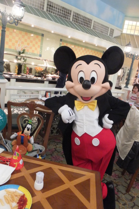 世界のディズニーレストランで独り占め!パーク以外でキャラクターに会う方法!