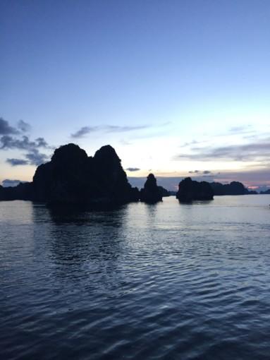 豪華クルーズで世界遺産・ハロン湾に一泊!日帰りでは味わえない大自然を満喫