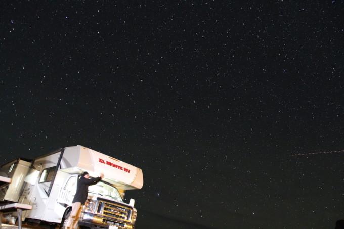 アメリカのモニュメントバレーで満天の星に囲まれて…流れ星に願いをかけてみた