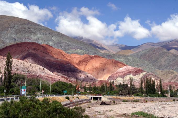 七色にグラデーションする秘境!南米の「ウマワカ渓谷」は想像以上の美しさだった