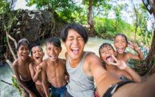 笑顔をチェキにして贈る旅。世界33カ国を旅したカメラマンが伝えたい想いとは / 近藤大真