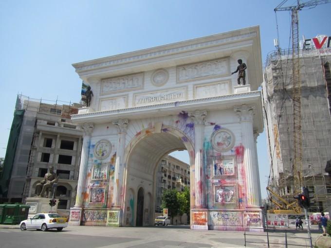 マケドニアの首都「スコピエ」が奇妙すぎる!街で見かけた不思議な光景