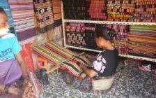 タイスを編む女性