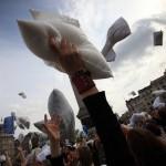 大人の修学旅行!世界中で開催される「枕投げ祭り」がマジ
