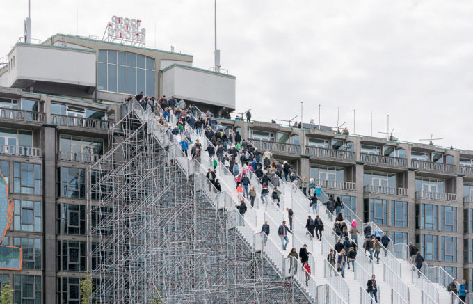 高さ29メートルの巨大階段がオランダ・ロッテルダムに突如出現!これって一体ナニ…?