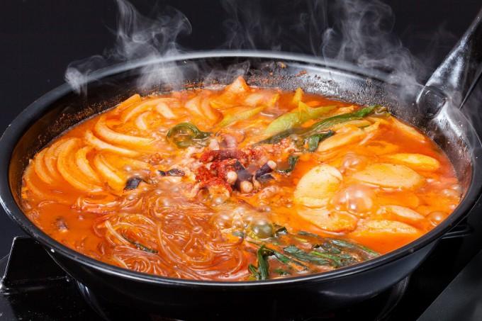 釜山ならではの鍋のナッチポックンが食べられるケミチブ