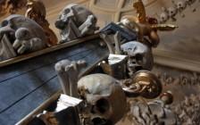 1万人の人骨で装飾された教会!チェコのセドレツ納骨堂が不気味なほど美しい