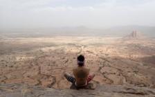 高さ10mの断崖絶壁を命綱なし!エチオピアにある辿り着くだけで困難な岩窟教会群とは?