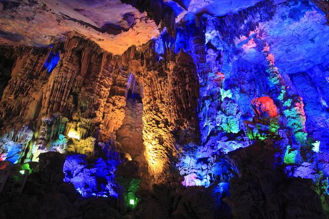 星空のように美しく輝く理由は◯◯だった!世界の美しい洞窟5選