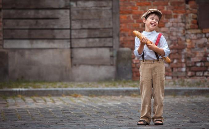 フランスパンを持った少年