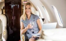 飛行機をエコノミーからビジネスクラスにアップグレードできる7つのポイント