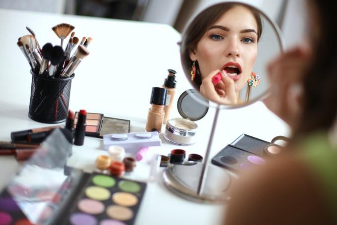 旅に持っていく「最低限の化粧品」!旅好き女子15人の化粧ポーチ事情