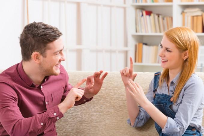 自分の未熟さに後悔する前に!世界共通の国際手話でコミュニケーションの幅を広げよう