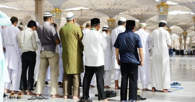 お祈りをしている人々