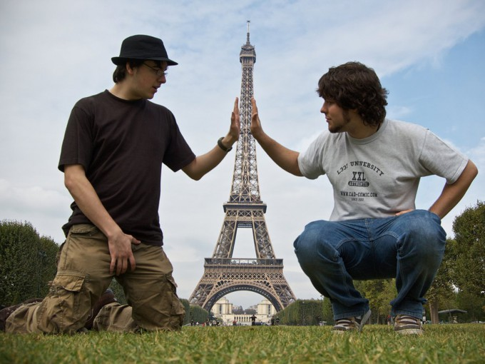 tourists-holding-the-eiffel-tower