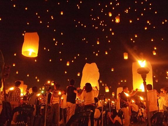 コムローイ祭のランタン飛ばし