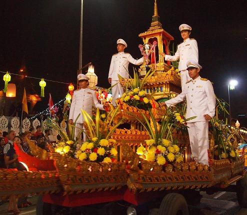 コムローイ祭のパレード