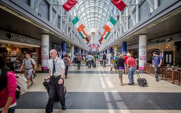 旅人やサラリーマンでl賑わう空港