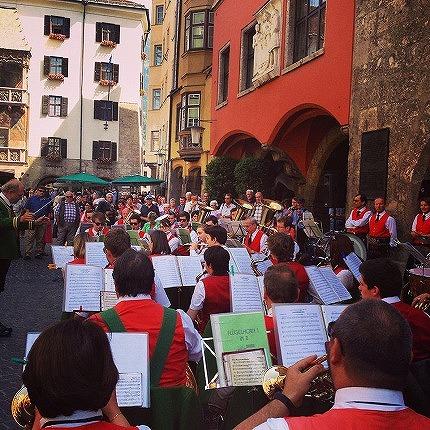 街で行われるオーケストラ