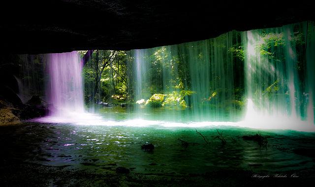 裏から見る鍋ヶ滝