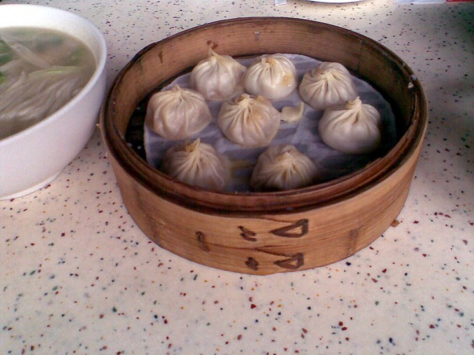 1024px-DinTaiFung_XiaoLongBao_CrabOil
