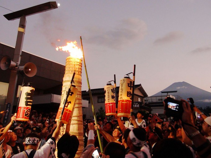 1024px-Ignition_torches_in_the_main_street_of_Yoshida_Fire_Festival