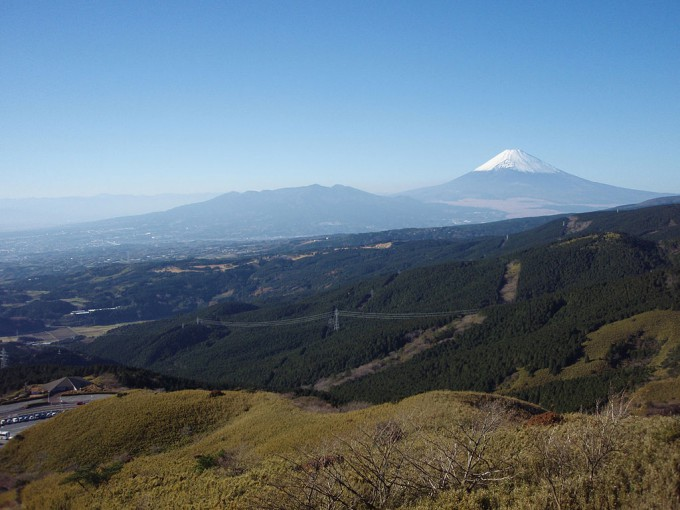 1024px-Mount_Fuji_and_Mount_Ashitaka_20101204_b