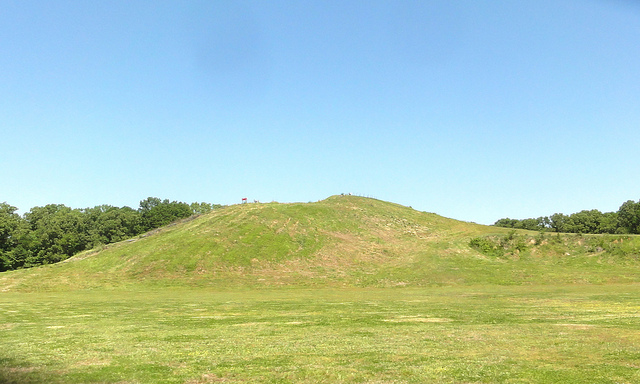 ポヴァティ・ポイントの記念碑的土塁群