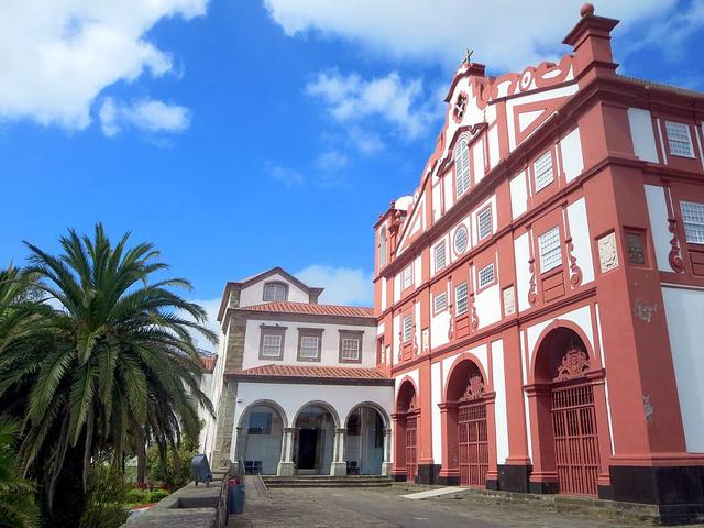 アゾレス諸島のアングラ・ド・エロイズモの町の中心地区