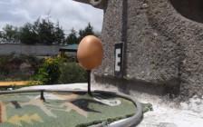 何コレすごい!赤道直下の街、エクアドルのキトでは「釘の上に生卵が立つ」他