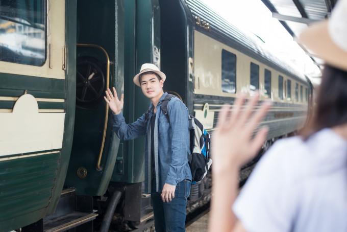 電車で手を振る男女
