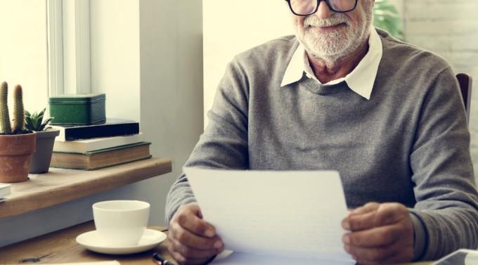 嬉しそうに手紙を読む老人