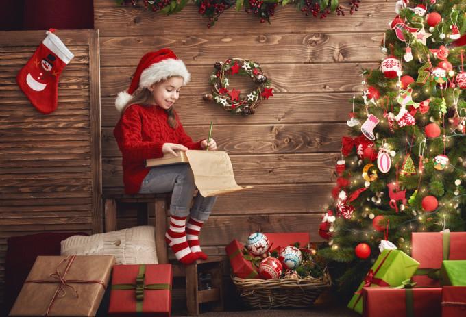 クリスマスの手紙を書く少女