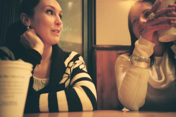 カフェで話をしている女性たち