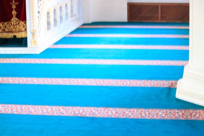 カラフルな東京ジャーミーのイスラーム絨毯