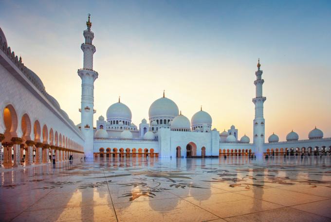 白いモスクが夕焼けで美しい