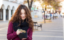 海外旅行好きの女性におすすめの財布7選