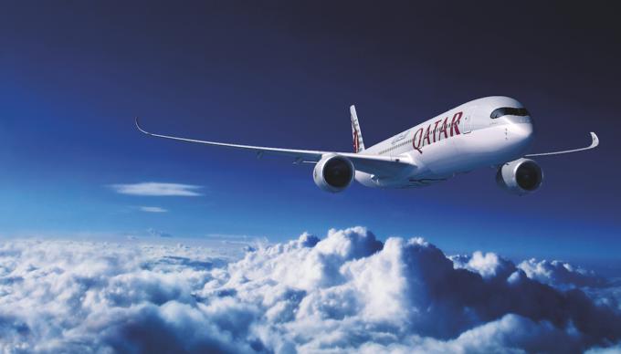 空を飛んでいるカタール航空