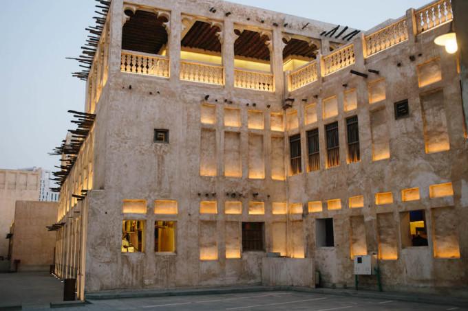 ドーハの伝統的な建物のライトアップ